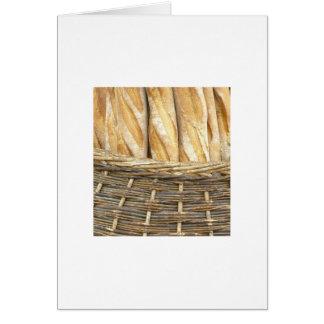 Pan en una cesta tarjeta pequeña