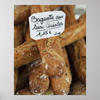 Pan francés en un mercado póster