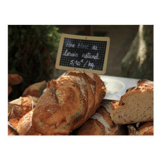 Pan francés en una parada del mercado postales