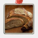 Pan redondo del estilo rural cortado en las rebana adornos de navidad