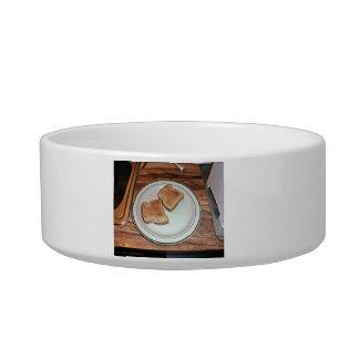 Pan tostado en una placa tazón para agua para gatos