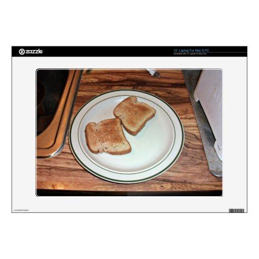 Pan tostado en una placa portátil skins
