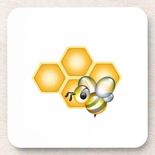Panal con una abeja linda posavasos de bebida