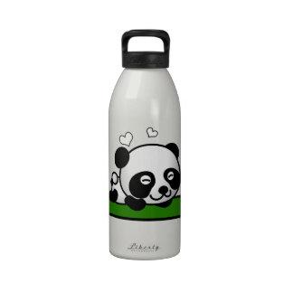 Panda confiada botallas de agua