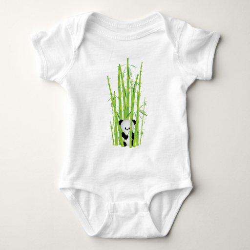 Panda del bebé en el bosque de bambú tshirts