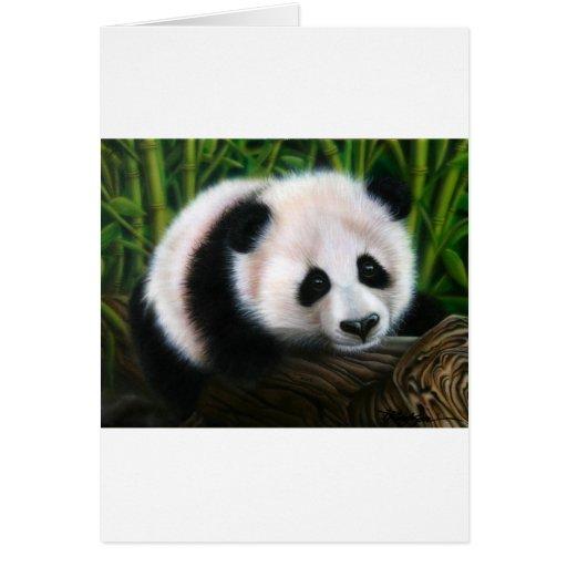 Panda del bebé que equilibra en un registro tarjeta de felicitación