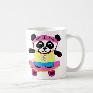 Panda del chica en el monopatín taza de café