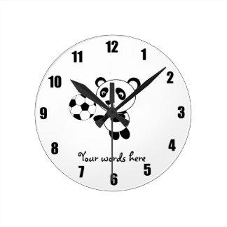 Panda del fútbol reloj redondo mediano