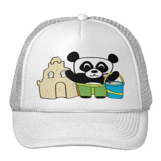 Panda del muchacho con el castillo de arena gorras