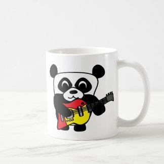 Panda del muchacho con la guitarra eléctrica taza