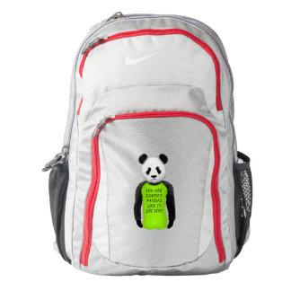 Panda divertida que lleva una camiseta verde mochila