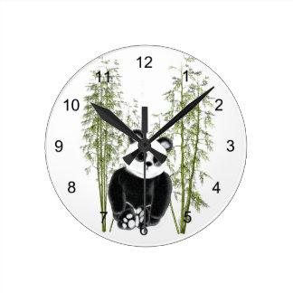 Panda en bambú reloj redondo mediano