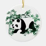 Panda en el bosque de bambú ornamentos de navidad