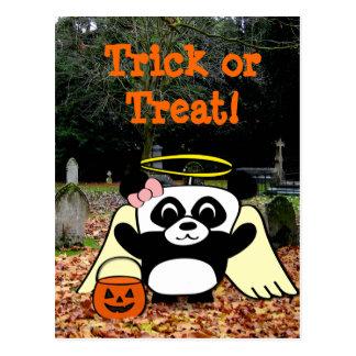 Panda en traje del ángel en cementerio asustadizo tarjeta postal