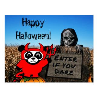 Panda en traje del diablo en el laberinto tarjetas postales
