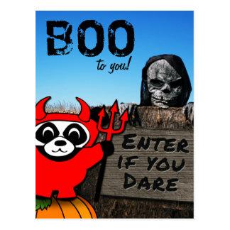 Panda en traje del diablo en el laberinto postales