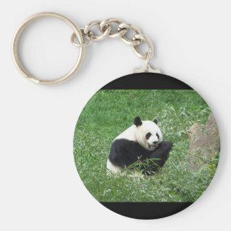 Panda gigante que come el bambú llavero redondo tipo pin