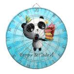 Panda linda del cumpleaños con la torta tabla dardos