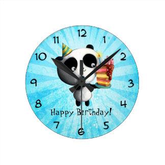 Panda linda del cumpleaños con la torta reloj redondo mediano