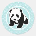 Panda linda en círculos de los azules cielos pegatina redonda