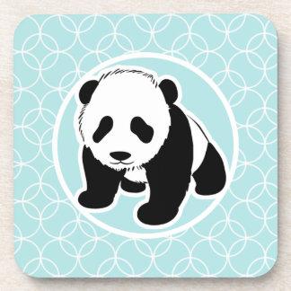 Panda linda en círculos de los azules cielos posavasos