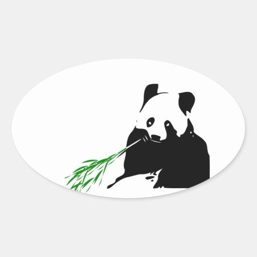 Panda que come el bambú pegatina ovalada
