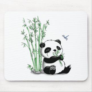 Panda que come el bambú alfombrillas de raton
