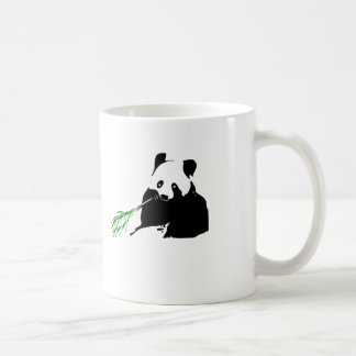 Panda que come el bambú taza clásica