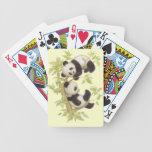 Panda que juega en un árbol barajas de cartas