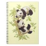Panda que juega en un árbol cuaderno