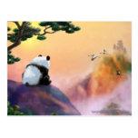 Panda que mira hacia fuera postal