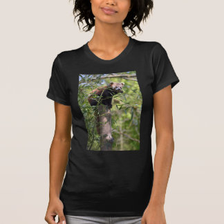 Panda roja que come las hojas camiseta