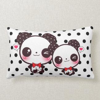 Pandas de Kawaii en lunares negros Cojín