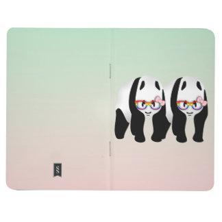 Pandas lesbianas del orgullo que llevan los cuadernos