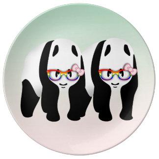 Pandas lesbianas del orgullo que llevan los platos de cerámica