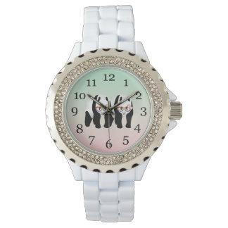Pandas lesbianas del orgullo que llevan los relojes de mano
