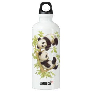 Pandas que juegan en un árbol