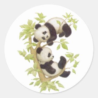 Pandas que juegan en un árbol pegatina redonda