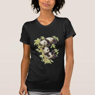 Pandas que juegan en un árbol camisetas