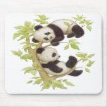 Pandas que juegan en un árbol tapete de ratones