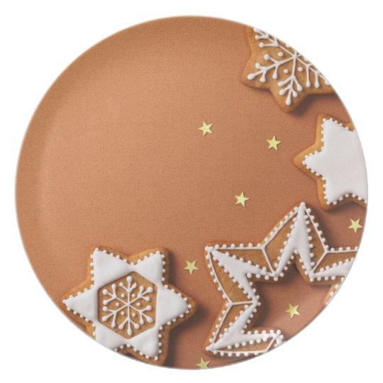 Panes de jengibre del navidad con las estrellas de platos de comidas