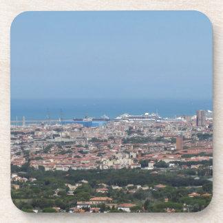 Panorama aéreo espectacular de la ciudad de posavasos de bebidas