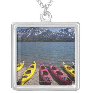 Panorama de kajaks en el lago Bernard en Alaska 2 Colgante Cuadrado