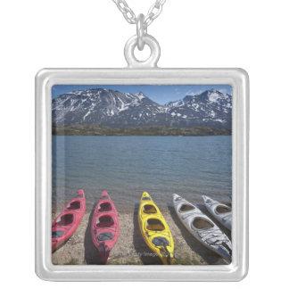 Panorama de kajaks en el lago Bernard en Alaska Colgante Cuadrado