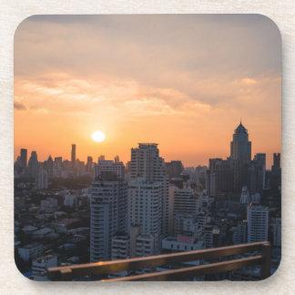 Panorama de la puesta del sol del horizonte de posavasos de bebidas