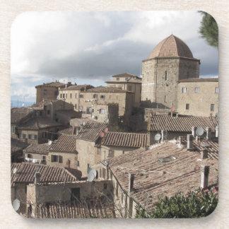 Panorama del pueblo de Volterra, Toscana, Italia Posavasos