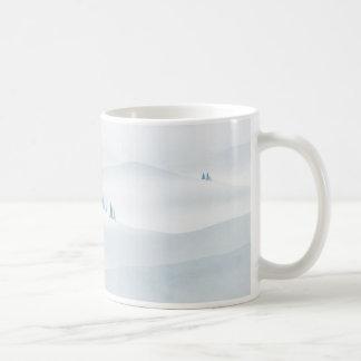 panorama montañoso con las coníferas taza básica blanca