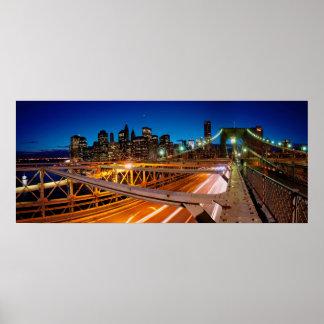 Panorama NYC de la noche del puente de Brooklyn Poster
