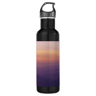 Panorama violeta montañoso del cielo
