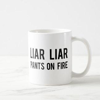 Pantalones del mentiroso del mentiroso en el fuego taza de café